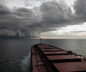 dry_bulk_vessel_approaching_storm 290x242